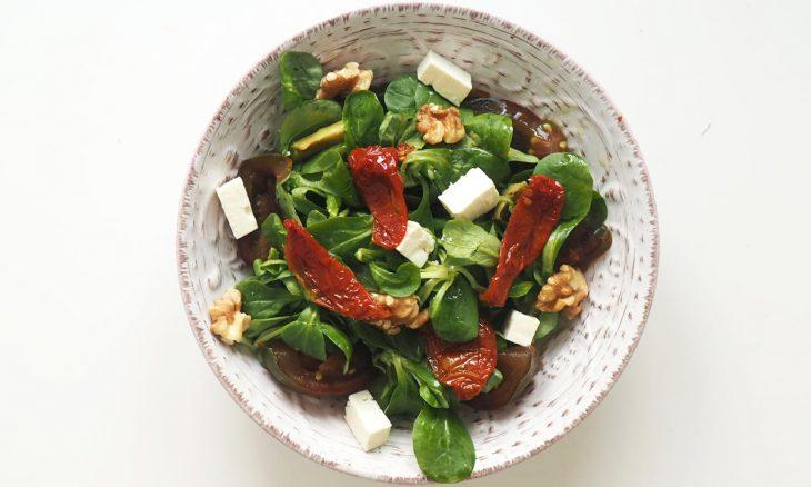 La ensalada con tomate seco, nueces y feta